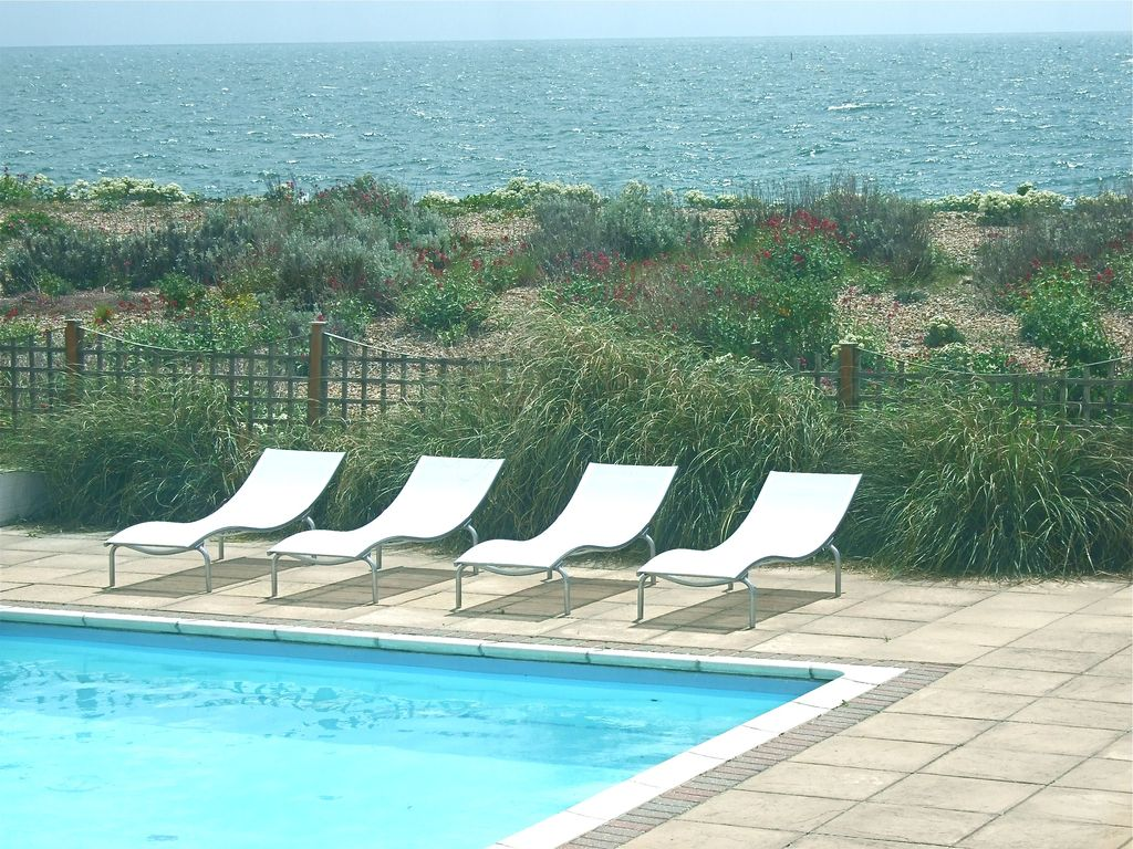 Le wow beach pool house acc s direct plage grand for Piscine brighton