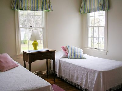 Twin Bedroom Faces South-Bright & Cheery!