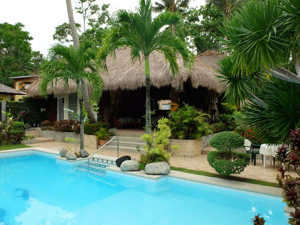 2 adjacent bungalows large swimming pool 2000 for Garden pool bungalow