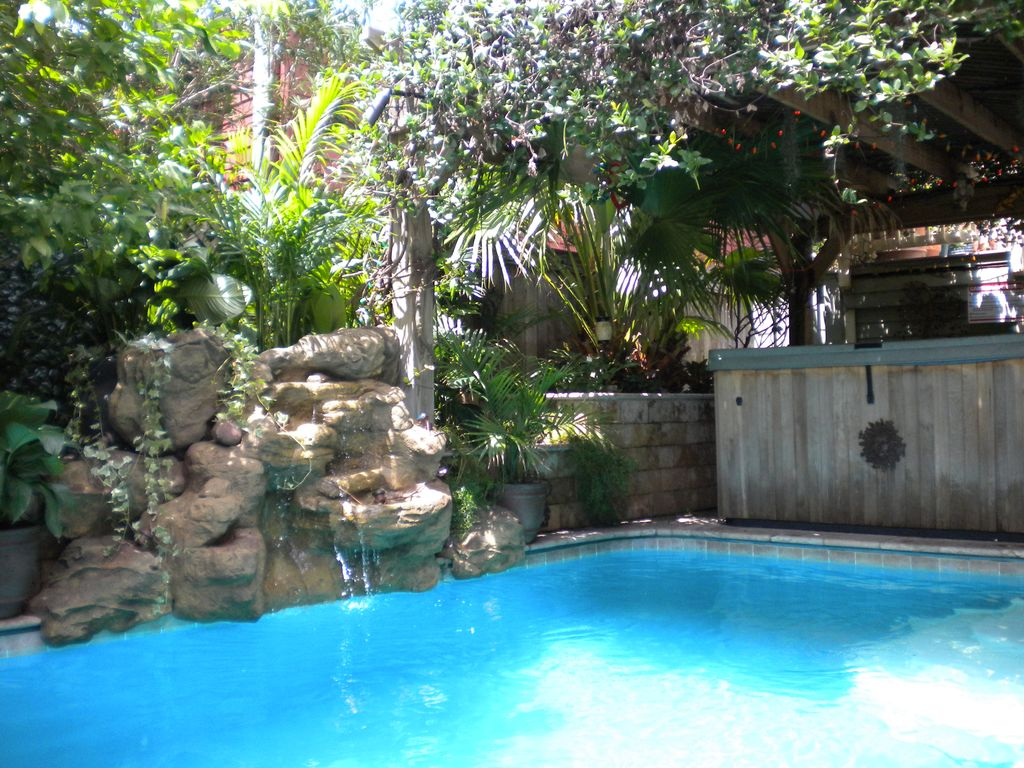 Uptown tropical oasis pool spa outdoor vrbo for Garden oases pool entrance