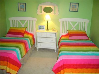 Colorful&funSecondaryBRw/long twinbeds,tv/vcr/dvd/largecloset&plantationshutters