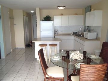 Spacious kitchen, fully equiped for excellent for ocean view meals at home.