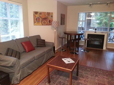 Bright corner unit w/separate bedroom, 2 full bathrooms, sleeps 6.
