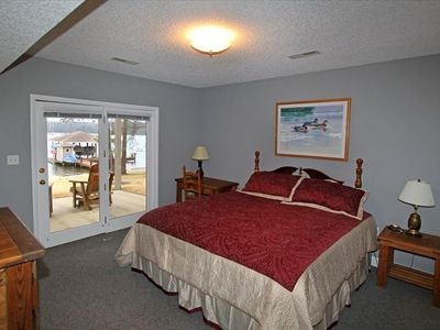 King-bedroom overlooking lake