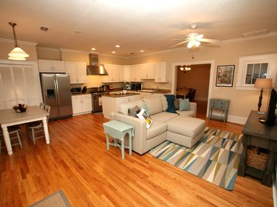 Bright & Airy Modern Cottage in Heart of Town, Walk everywhere, pet friendly