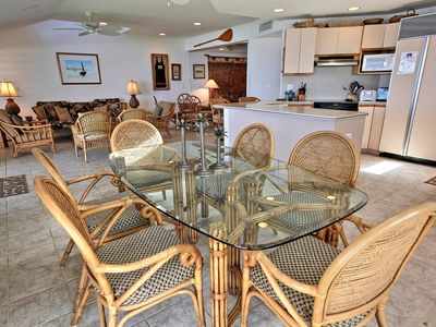 Lahaina townhome rental - Large Oceanfront Dining Area