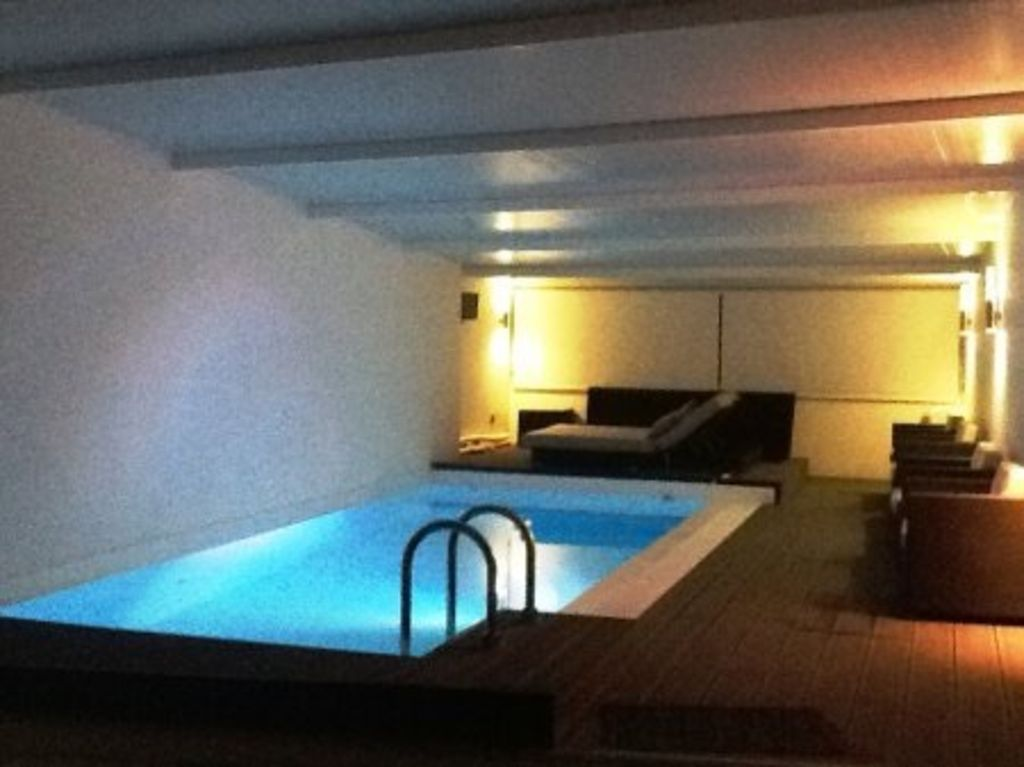 Piscina interior aquecida com spa 1663030 for Piscina interior