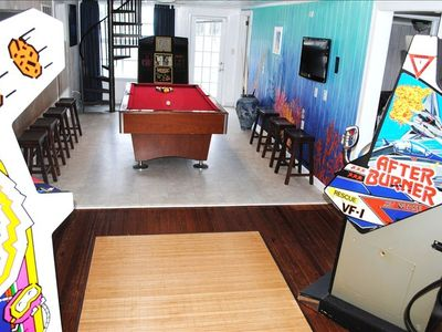 Enjoy 4 Arcade Games, Jukebox, Pool Table, Flatscreen TV, & Underwater  Mural!