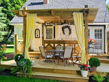 Niagara-on-the-Lake house rental - Large two tier deck for outdoor dining and propane barbecue