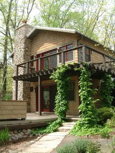 ZENADU: CHICAGO CHIC MEETS WOODLAND RUSTIC IN THIS TRANQUIL RETREAT - Zenadu welcomes you with climbing hydrangea