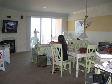 Living Room w/ Dining, FP, Balcony, WiFi