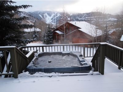 Hot-tub on patio with view of slopes (accessible from dining area/living room)