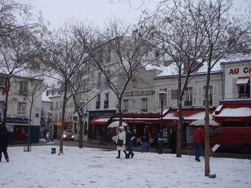 envrionment: romantic Montmartre in winter