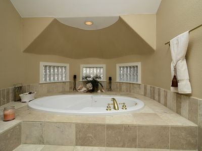 Jacuzzi tub in master bath is great to end that great day!