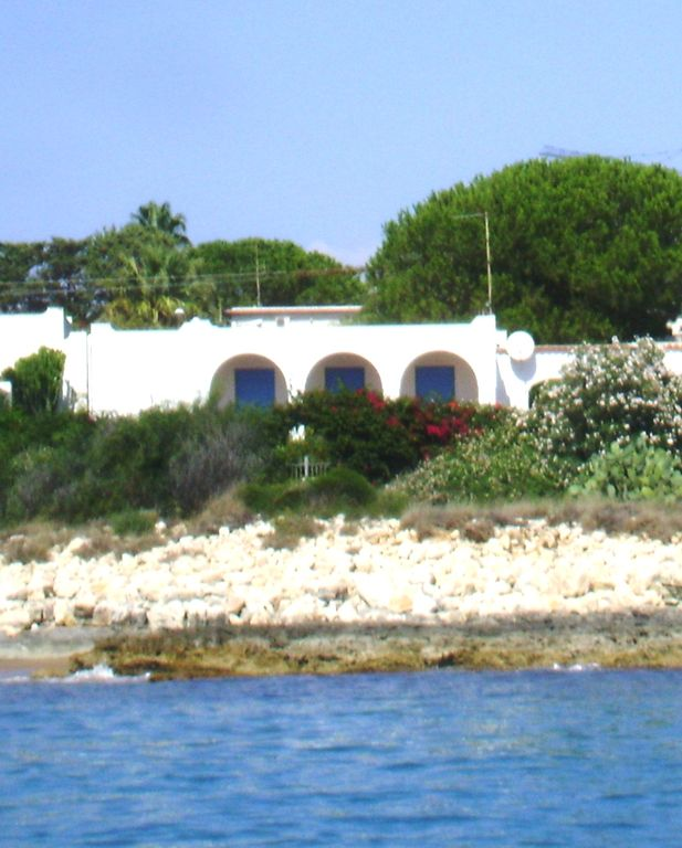 seafront, porch, garden, air conditioning, satellite TV, internet, pets welcome