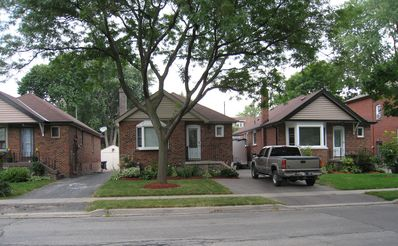 Charming Bungalow, Near Lakefront
