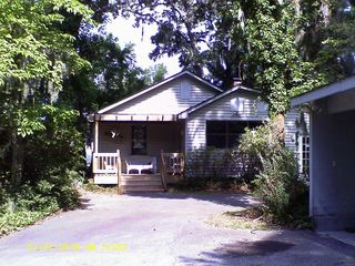 Bluffton cottage photo - the structure to the right is a carport available to tenants.