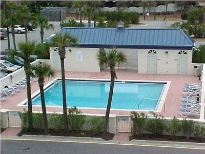 this is the second pool at leeward key, located behind the building