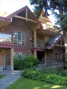 2 story, private entrance, intimate wooded lodge