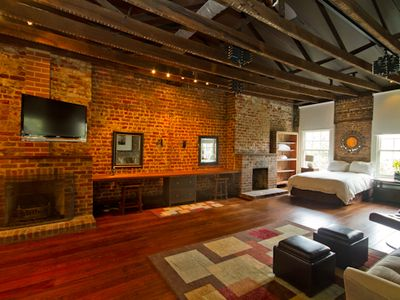 Townhome on Jones - Loft Style on Jones Street - Sleeps 10