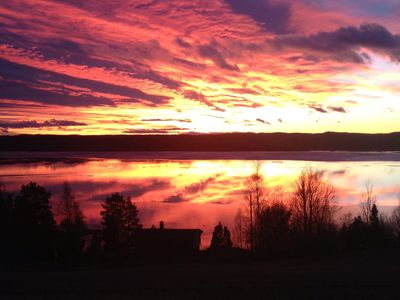 Sunny, well equipped, cozy cabin with views over beautiful nature and lake!