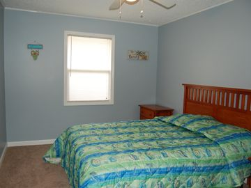 Bedroom 4, queen bed