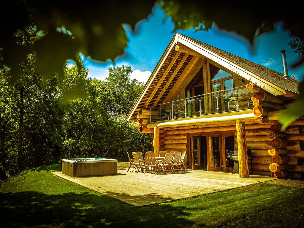 Luxury log cabins with hot tubs in secluded vrbo for Log cabin with hot tub one night stay