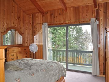Master Suite with queen bed & balcony