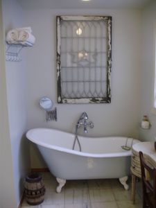 Mariposa farmhouse rental - master bathroom with clawfoot tub and shower