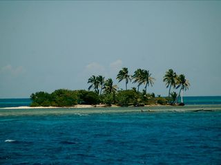 Roatan hotel photo - Island excursions on Xbalanque boat
