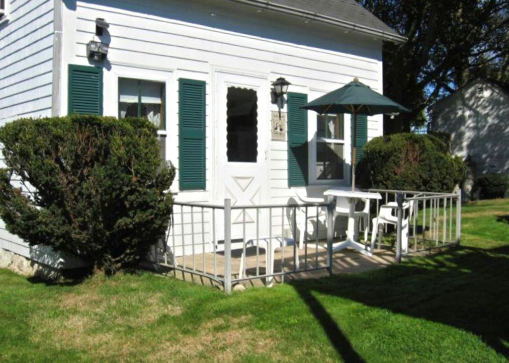 Captain 39 s cottage on corn neck road near vrbo for Block island cottage