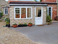 HORSESHOE COTTAGE, pet friendly, with a garden in Wrelton, Ref 12613