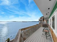 Waterfront Property On Elliott Bay With Stunning Views - 10 Min To Dwntn