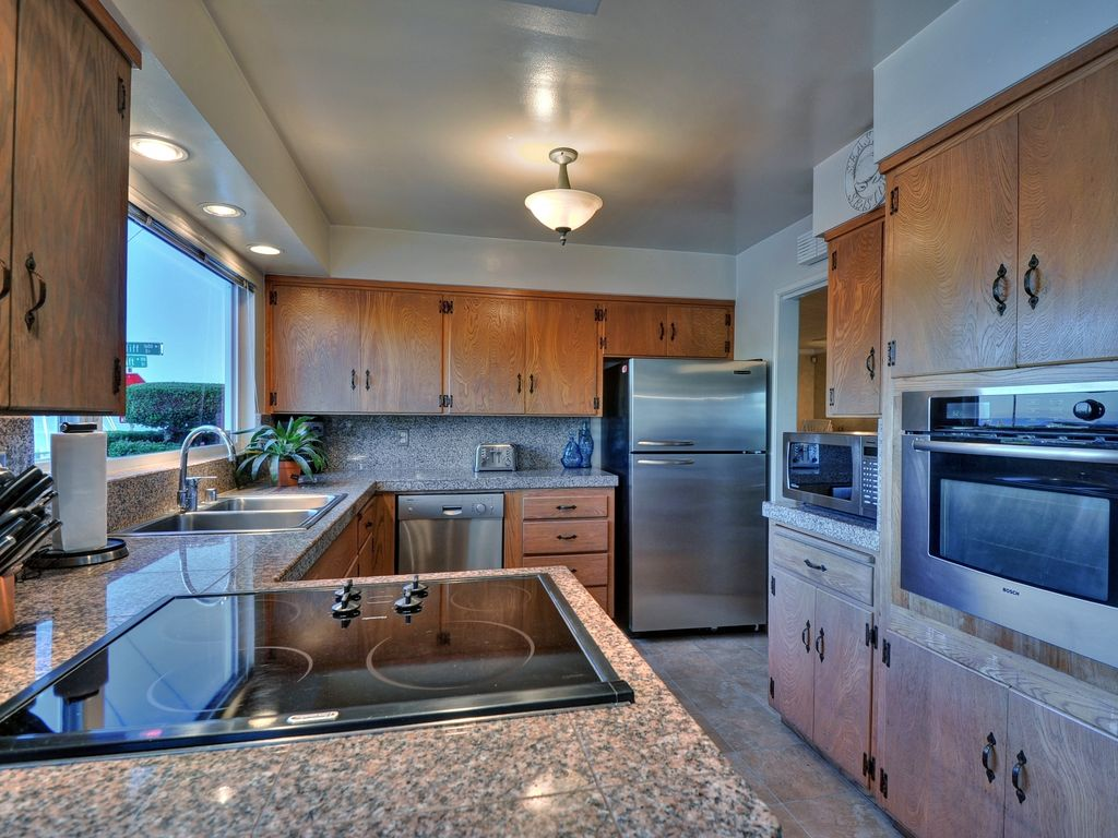 Fully equipped kitchen with all amenities.