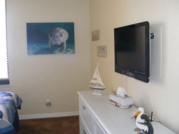 "Guest Room with 32"" LCD HDTV"
