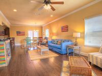 3BR, Beautifully Decorated, Community Pool, 2 Bikes (6nt min), Close to Beach