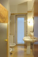 Prati (Vatican area) apartment photo - Yellow bathroom