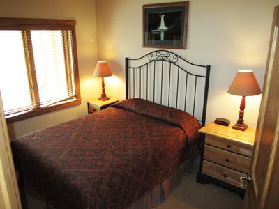 Second bedroom-queen bed