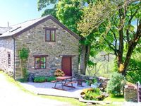 THE STABLE, pet friendly, with hot tub in Llangynog, Ref 8937
