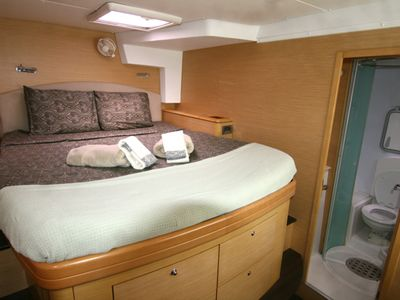 Queen bed with en-suite bathroom