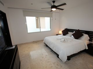 Playa del Carmen condo photo - Master Suite with King Bed and En Suite Bathroom