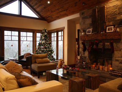 Chalet Along Hiking Trail, Woodburning stove, Walk to SkiHill, Minutes to Downto