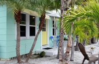 Super Clean 1947 Bungalow - Minutes to the beach and Johns Pass shops