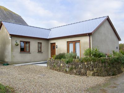CILAU BACH, family friendly, with hot tub in Newgale, Ref 4407