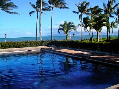 Kaunakakai condo rental - Pool on ocean shore - mountain view behind