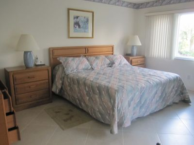King size bed in master suite, with sliding doors to lanai