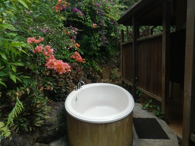 Private outdoor Hot/Cold Soaking Tub. Great for a relaxing moonlight soak.
