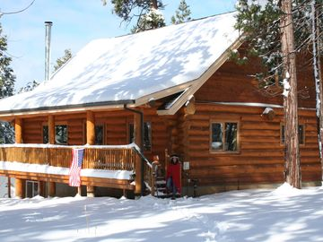 Volcano cabin rental - Beautiful clear skies with a touch of snow to play in, or watch a movie!