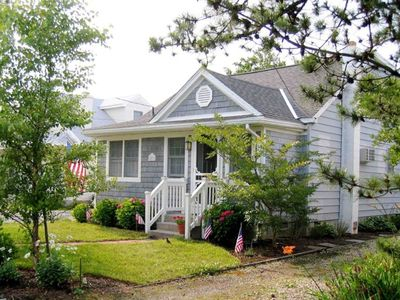 Charming surprise - 4 BR plus Den - sleeps 11- Great Location!