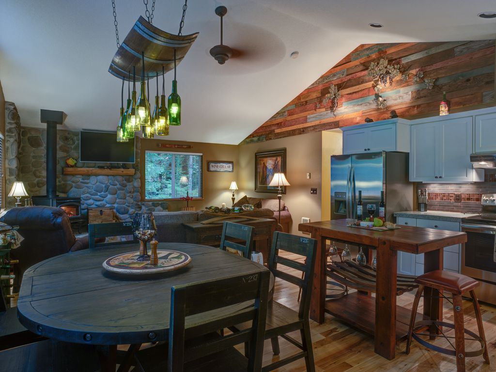 Mt hood wine country lodge hot tub wifi wood stove water for Decorating dining room wine theme